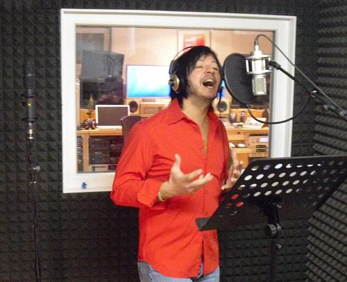 Janis beim Einsingen eines seiner Lieder - wie man sehen kann, ist er auch beim Aufnehmen seiner Stimme voller Leidenschaft und Emotionen.